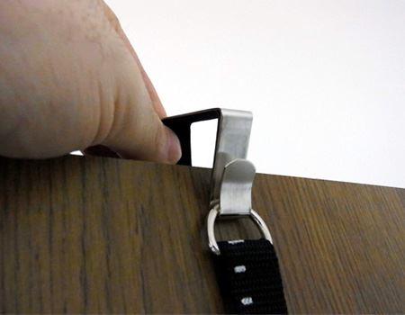 このように金具をセットしてベルトを引っ掛けます。金具にはドアが傷つかないように付属の保護シールを貼っておきます