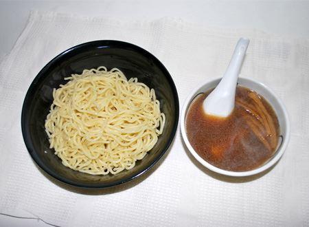 太めの麺がいい感じ。スープの中にはチャーシューが1枚とメンマが入っていました。お好みでネギなどを足してもいいかもですね