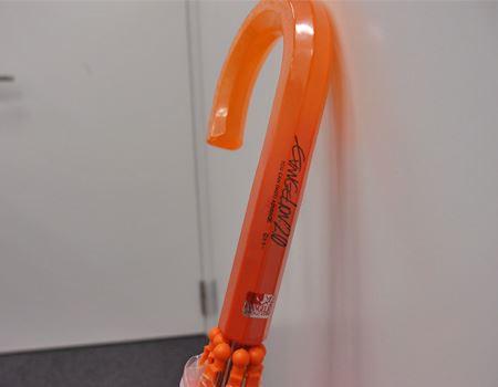 柄の部分は半透明のオレンジ色。さらに劇場バージョンの公式ロゴ入り