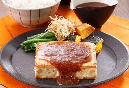 淡泊な味わいの豆腐に、にんにく風味をプラスして、あつあつの豆腐ステーキに。食べごたえUP!