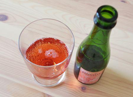 リンゴ果汁の他にエルダーフラワーやハイビスカスがブレンドされたロゼタイプ。果実の甘みと花の酸味、ほどよい炭酸が爽やかな一杯
