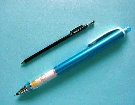 普段使っているシャープペンシルと比べるとそのコンパクトさがよくわかります