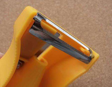 鉛筆削り(?)の裏には皮むき用のピーラーがついております