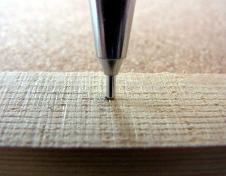 圧力を加えると芯が中にスライドして、折れるのを防いでくれます
