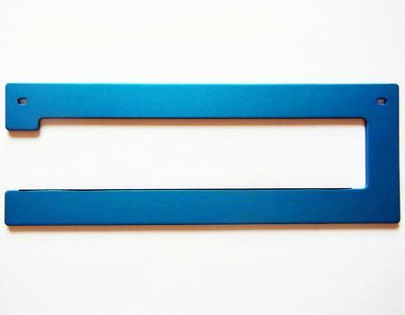 カラーリングはブルー、ブラック、シルバーの3色です