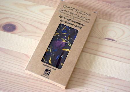 丈夫なクラフト紙のボール紙の外箱の窓から、花びら入りのキレイなチョコが顔を出しています