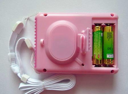 単三形電池を2本使用。連続使用時間は約20時間とのことです。なお電池は付属していません