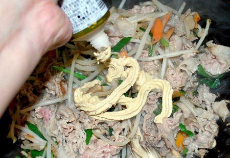 野菜いろいろと豚肉を炒めて、てきとうなところで香味ペーストを投入したところです