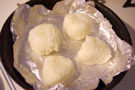 ふつうのアルミホイルでは引っ付いてしまって難しい焼きおにぎりですが、フライパンの上で菜箸でスルスル滑らせられるほどまったく引っ付かず、ちょっと感動……