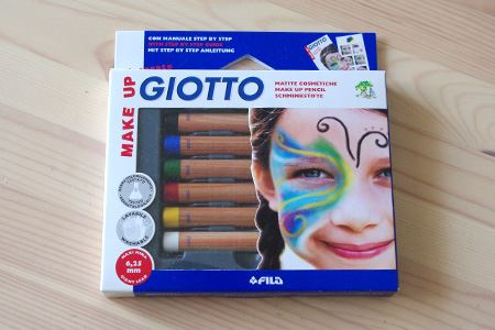 6色のフェイスペイント用色鉛筆。少し太めの芯が、凹凸のある顔の上でも安定して描きやすい