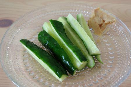 """お気に入りの食べ方は""""もろきゅう""""風にキュウリに付けて。味噌よりも塩気がマイルドであっという間に食べてしまいます。たくさん食べても低カロリーなのもうれしい"""