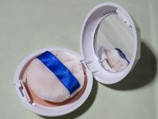 ミラー付のコンパクトに、自然な肌色パウダーと清潔に使える抗菌クリーンパフがセット