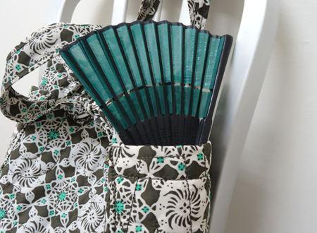 バッグの横には縦長ポケットが!鍵や夏場は扇子を入れると便利
