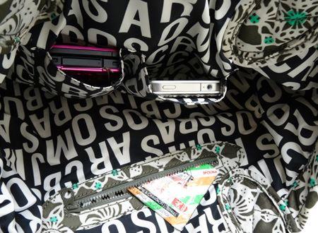 中には携帯や定期が出し入れしやすいポケット2つと、ファスナーつきのポケットが!