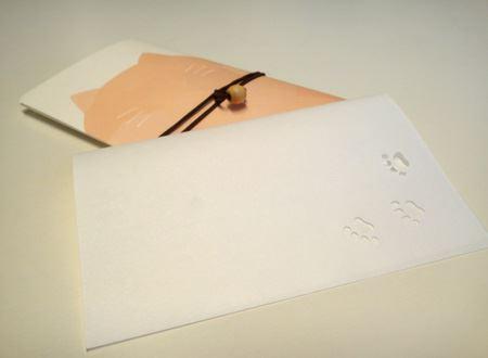 これが「懐紙」。和紙出来ています。今回はネコのデザインで遊び心を
