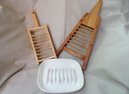 これが鬼おろし。刃の大きなおろし器です。手前がセラミックで、左奥が竹製。右奥は年代物の木枠のもの