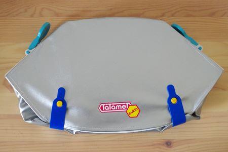 折り畳むとセカンドバッグほどのコンパクトな大きさに。防災頭巾の部分も内側にキレイに収まります