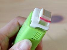ガイドを奥に押し込めてスタンプ面の角を使えば、テープのりのような使い方も