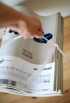雑誌10冊を束ねたヒモを持ち上げたところ、バラバラになることはなく、しっかり持ち上がりました。結んでいないのに不思議です。重さの目安は5キログラム以下とのこと
