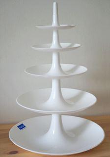 XSサイズを下にLサイズをその上に重ねて5段に。Lサイズの最上段と、XSサイズの最下段のトレーは同じ大きさなのでどちらかひとつにするとキレイな5段の塔に