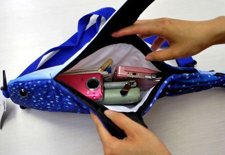 サメのサイドにジッパーがあって、そこが開きます。財布、ケータイ、ゲーム機などを入れてちょうどいい感じ