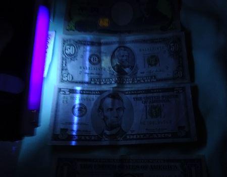 ドル札の場合、ラインが浮かび上がります。古い紙幣や、1ドル紙幣にはないらしいです