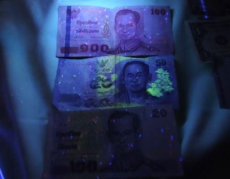 タイバーツの場合、模様以外に、紙幣に使われている紙の中に糸屑のようにカラフルな繊維が混ぜ込まれています