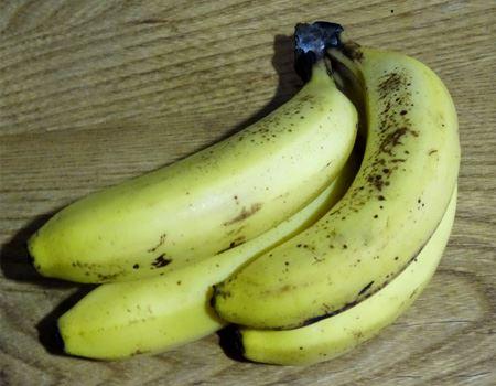 ヨナナスの基本はバナナ。皮に星(茶色い点々)が出たくらいのものが○。お買い得品コーナーにあったりします