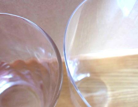 一般的なグラスと比べるとその薄さがわかると思います