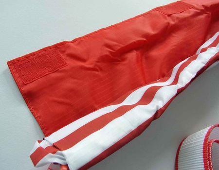 ベルト部分のマジックテープを外して中のバッグを取り出します