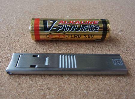 単三電池と大きさを比べてみました。厚さはわずか4mmと超コンパクト