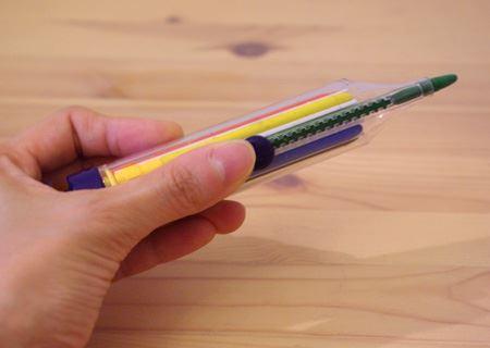 選んだ色の芯はカッターナイフのようにサイドのスライドバーで外に出したり中に入れたりすることが可能
