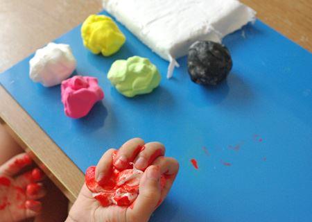 絵の具を練り込めば、簡単にカラフルな色粘土に
