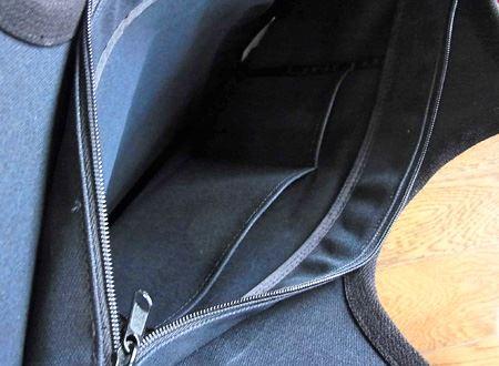 開口部はジッパー付、バッグ内側には小物用のポケットがあります