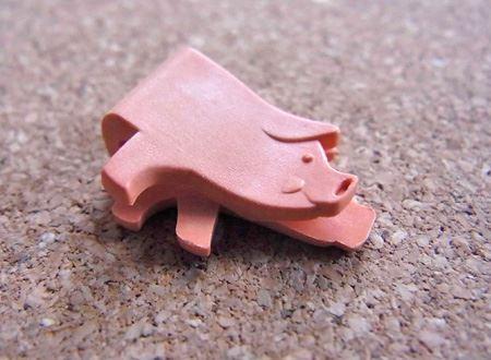 横向きのブタがデザイン。紙を挟みこみやすいように口の部分が開いております