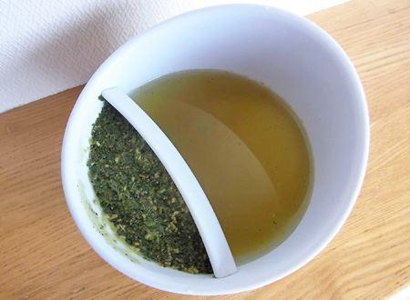 最初は、茶葉を入れる側を下に傾けてお湯を注ぎます。たっぷり入れて茶葉をひたひたにしました