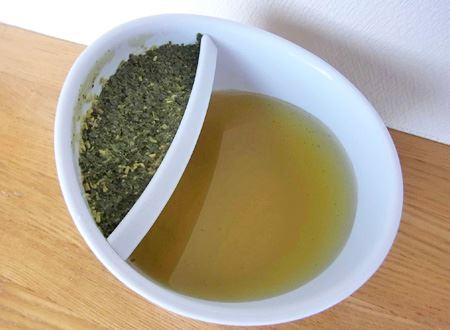 茶葉がふくれていい感じになったら、茶葉の側を上にします