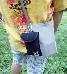 ベルトループやバッグにつければ、手軽にデジカメを持ち運びができます