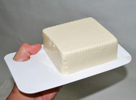 手の平より1〜2回り大きいサイズ。親指を通す穴が開いているので、安定して豆腐を乗せられます