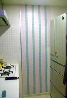 油や調味料がはねて、汚れがちなキッチンのコンロ近くの壁をマスキングテープでデコレーション。天井から床までマスキングする場合は、1巻では足りず、何本も必要だが、汚れ隠しと汚れ防御にもなり一石二鳥