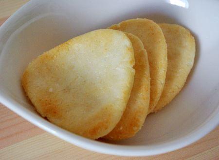 ほんのり付いた焼き色と、大きさの異なる粒塩で、本物の塩むすびの風味と食感を再現