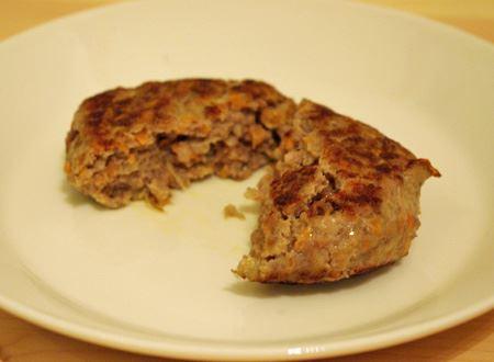 捏ねて成型した後、フライパンで焼いたハンバーグ。手で捏ねるのとは違い、体温で油が溶けてしまわないので、肉汁や旨みを閉じ込めることができ、中身が驚くほどジューシー。焼いた時にも脂がほとんど外に出ないことに驚きました