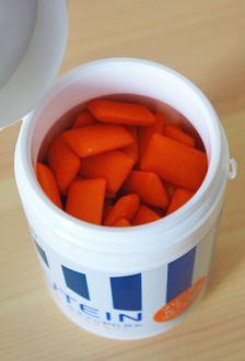 中身は鮮やかなオレンジ色の粒ガムです