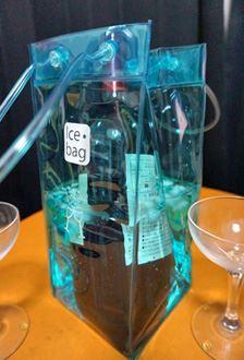 氷水を入れればクーラーに変身!持ち運びにも便利です