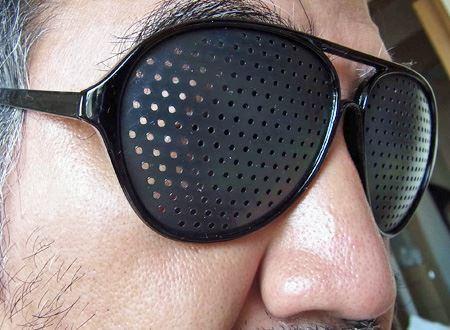 自宅ではよいですが、外出先でこのメガネをかけているとかなり怪しい感じに…