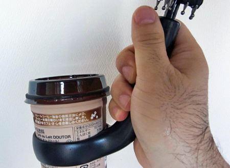 カップを取り付けるとこんな感じに。今回はコンビニのカップコーヒーで試してみました