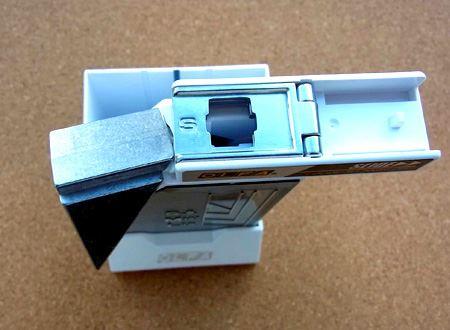 上部をスライドさせた状態です。こちらはSサイズ用の刃折口