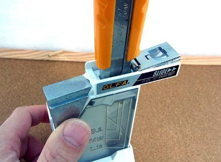 カッターを本体の刃折口にセットして、レバーを押します。金属板を2枚めくって刃折口はLサイズになっています