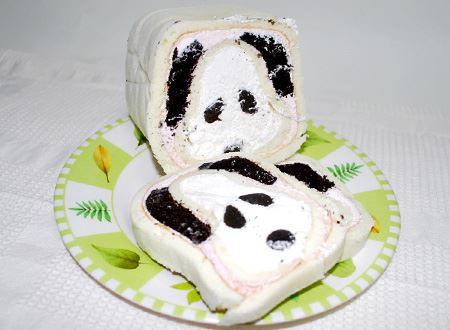 解凍してるのを忘れてしまって、4時間ほど起きっぱなしに…。ケーキがやわらかくなりすぎて、切り口が少し汚くなってしまいました