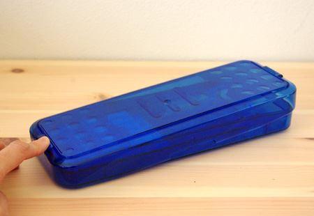 """フタの両サイドに""""PUSH""""の印があり、指で押さえると反対側が持ち上がり、開けやすくなります"""